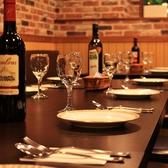 2名~4名様掛けのお席です。ランチ時は店内も賑やか☆リーズナブルで美味しい本格的な各国料理♪(新宿/新宿御苑/ランチ/肉バル/肉/おしゃれ/飲み放題/食べ放題/宴会/貸切)