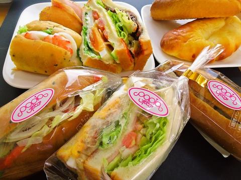 地域に密着したアットホームなお店。手作り満載のパンが美味。持ち帰っても味わえる。