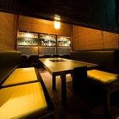 2名~6名様 廉で仕切るタイプの半個室。廉を下ろすとほぼ個室となります。デートから仲間内の飲み会もご利用頂ける雰囲気◎国産極上をホルモンを「炭火焼」「鉄板焼」「もつ鍋」でお召し上がりください。~炭火ホルモン焼き 黄金屋 二子玉川店  - こがねや -へ。
