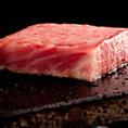 【焼き方にこだわる】お肉が中まで柔らかくふっくら、ヘルシーに焼き上げる溶岩焼き。 溶岩プレートで、最高のお肉をより美味しく味わって頂けます。遠赤外線の効果でじっくりと焼き上げられたお肉は、鉄板焼きとも炭火焼きとも違う、柔らかさと深い味わいが特徴!他の焼肉店では味わえない絶品の溶岩焼をお楽しみ下さい!