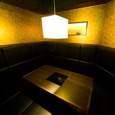 黄金屋渋谷店では様々なお部屋をご用意しております。こちらは入口がドアになっており、よりプライベートな空間で楽しめるお部屋です!人気席のためご予約はお早めに。