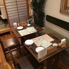 入って右奥一つ手前の2名席です。隣のテーブルをくっつけて10様まで可能です。