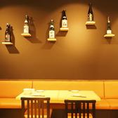 オープンなテーブル席の目の前には大きな黒板に並べられた全国選りすぐりの地酒のディスプレイ★様々な地酒を見ながら、お料理を楽しんだり、会話を楽しんだりと。自分好みの地酒に巡り合えるはず