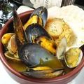 料理メニュー写真ムール貝と浅利の白ワインにんにく蒸し煮