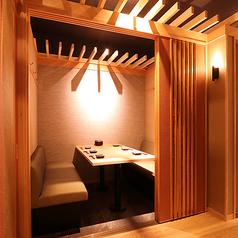 【ゆったり個室にリニューアルオープン!】気軽にご利用いただけるソファ個室は、4~6名様まで可能。ゆったりとした個室空間で、お客様同士の距離を保ちつつ、お料理をお愉しみ下さい。写真は6名様用個室です。