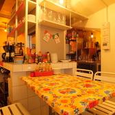 2階テーブル席。明るい雰囲気の店内です。テンポの良いBGMと陽気な空気感でぜひみんなでワイワイしてください♪