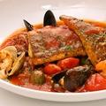 料理メニュー写真真鯛とたっぷり魚介類のトマト煮込み ~アクアパッツァ~