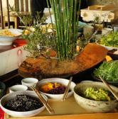【充実ランチ】ランチは選べる昼御膳に約20種類の旬のお惣菜・サラダ・ドリンクが食べ放題となっております。食べてもキレイになりたい女性のみなさま。野菜をたっぷり摂って、身体の内側からキレイになりましょう♪御飯・豚汁もおかわり自由なので男性のお客様にもおすすめです。