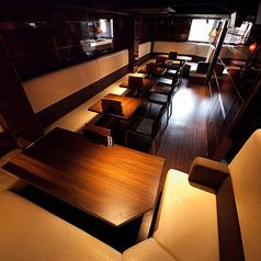 【2F】20~30名様用貸切フロア 広々とした空間を丸ごと使ったフロア貸切が人気です。忘年会・歓迎会・送別会などのご宴会から、合コンやイベント、打ち上げ、サークルの飲み会など様々なニーズに応えます。