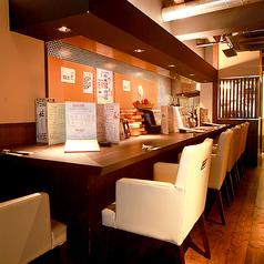 1階のソファ掛けのゆったりとしたカウンター席。お隣のお席とは間隔を空けて広々と。また目の前では料理を作る姿も見える、ライブな特等席。隠しメニューに出会えることも。