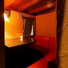 2000年の砂漠楼オープン以来の人気個室♪隣同士で座れるソファー席はお二人でご利用のデートに最適!3名様までご利用いただけますので、なかよし三人組の女子会でもどうぞ♪