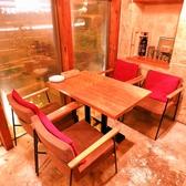 木目調のテーブルがおしゃれな大人の空間です。カジュアルシックな店内は様々なシーンにご利用いただけます。