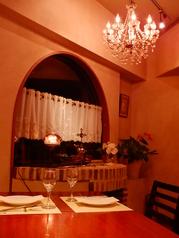 大きなシャンデリアの下で優雅なランチ、ディナーはいかがでしょうか。ご来店お待ちしております!