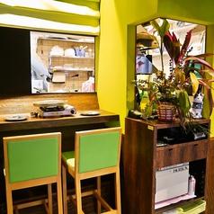 1Fは本場の食堂のような雰囲気。オープンな雰囲気でテーブル席とカウンター席あり!テーマカラーの緑色がポップな雰囲気で◎
