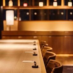 落ち着いた雰囲気でゆったりと…燦神戸店の店内は落ち着いた雰囲気なのでゆったりとこだわりの和食料理、お酒などをお楽しみ頂けます。燦のお料理は厳選素材を使用し独自の調理法などで調理しておりますので外せない接待や特別な人とのデートなどにおすすめ。単品はもちろん、宴会コースも満足頂ける内容となっております