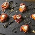 料理メニュー写真切り落とし生ハムで包んだマルカルポーネチーズとフレッシュフルーツ