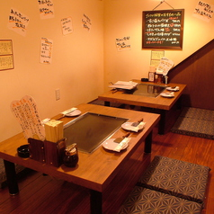 鉄板焼きの熱気に負けないくらい食事や会話が盛り上がる明るいお店です!お仕事仲間やご家族、大切な人ともんじゃやお好み焼きを愉しむ至福のひとときをお過ごしください。