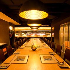 存在感のある中央のテーブル席は宴会に最適です。こちらのお席は20名様~最大24名様までご利用可能な半個室へと早変わり!打ち上げや会社のちょっとした飲み会など様々なシーンでご利用いただけます。こちらのお席も1部屋限定ですので、ご予約はお早めに!