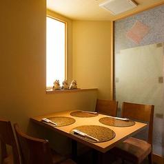 日差しが差し込むテーブル席は1名様~ご利用OK。半個室風の造りで人目を気にせずゆっくりとお寛ぎいただけます。