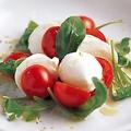 料理メニュー写真トマトと水牛モッツァレラのカプレーゼ