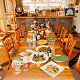 【当店自慢こだわり家具】⇒ヨーロッパ調の暖かみのあるオーク材を使用した、大きめのテーブル席をご用意☆お客様にゆっくりとお過ごし頂きたいから、お席の間を広くしています。