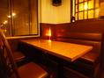 優しい光がともる、窓際のテーブル席。片側がソファ席になっており、リラックスしてお過ごし頂けます♪