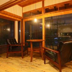 窓際にゆったり寛げるソファ席をご用意しております