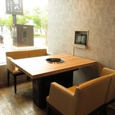 景色を眺めながらお食事ができるテーブル席です。屋内なので雨の日でも気にせずお食事が楽しめます。