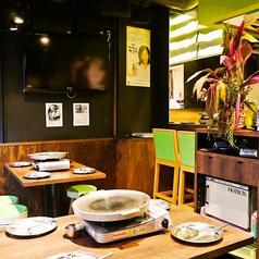 1Fは本場の食堂のような雰囲気。鉄板を囲んでわいわいお食事できます♪