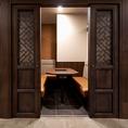 プライベートな雰囲気でお食事いただける個室です。高級感のあるゆったりとしたソファーシートの個室写真は、ドアを開けた時のイメージとなります。