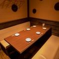 【個室6名様までご利用可能】お客様の利用シーンに応じて、様々な個室席をご用意しています。人目が気になる方、ゆっくりお食事をしたい方等にオススメなお席となっています。接待や宴会にも最適です。ご予約お待ちしております。