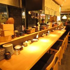 炉端のライブ感や料理人との会話が愉しめるカウンター席は人気