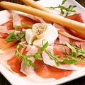 料理メニュー写真パルマ産生ハムと水牛モッツァレラチーズの盛り合わせ