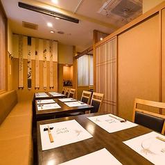 【1階】パーテーションにより各テーブル席を区切ることも可能です。※テーブル席1・テーブル席3の2部屋をつなげれば20名様までのご宴会が可能です。(※L字型のお席になります。)