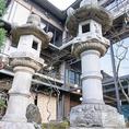 【錦鶴自慢!大きな石灯籠】石灯籠としては、国内有数の高さを誇る錦鶴名物。上部にある細かな格子は、現代の技術では再現するのが難しいといわれております。ご来店時の目印にもなる、歴史ある建造物です。海外の方にも人気♪ぜひお写真に収めてみてください。
