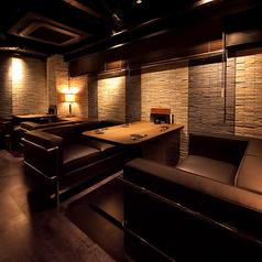 【1F】ゆったり寛ぐソファー席 居心地の良い大人の雰囲気のソファーDining。VIP気分でごゆっくりお過ごしください。