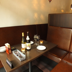 可動式のカップルシートは二人だけの親密な雰囲気。つなげて個室風にしてご利用することも可能です。