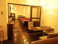 夜はガラッと雰囲気が変わります。優しく照明が照らす夜の店内。(2階)