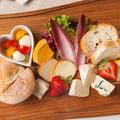料理メニュー写真チーズとフルーツの盛り合わせプレート