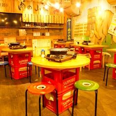 ビール箱とベニヤ板で造られたテーブルが昭和の雰囲気を演出※画像は系列店