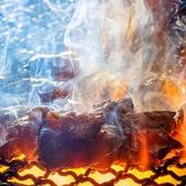 こだわりの焼き方は見て頂けるパフォーマンスとしても人気◎当グループでは、焼き加減・火の調節の仕方など厳しいテストを経て認められた通称「焼き師」と呼ばれる職人が熟練した手さばきで炎を操り、旨みが詰まった美味しい焼き鳥をお届け致します。
