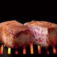 肉源ではこだわりの熟成肉をご堪能頂けます。肉源の熟成肉は40日間以上寝かせて熟成させる『ウェットエイジング』という熟成法を用いております。肉本来の旨味を楽しめる赤身を使用し、最も美味しい熟成肉を作り、ご提供させて頂きます。