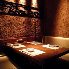 テーブル個室シックな店内は新宿東口の居酒屋でも珍しい完全個室空間。繊細な和食を召し上がりながらご宴会を。新宿東口の個室居酒屋でご宴会、接待、和食を。【新宿東口 個室 居酒屋 宴会 接待 飲み放題 団体 貸切 しゃぶしゃぶ 新年会】