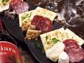 料理メニュー写真チーズとMIXナッツミラノ風サラミの盛り合わせ