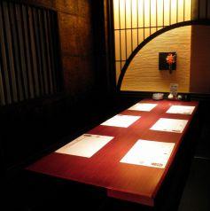 堀りごたつ個室シックな店内は新宿東口の居酒屋でも珍しい完全個室空間。繊細な和食を召し上がりながらご宴会を.新宿東口の個室居酒屋でご宴会、接待、和食を。