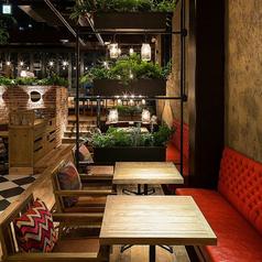 テーブル席1F中央(2名様~72名様)片側ソファーシートテーブル毎の間仕切りのご準備もございます。