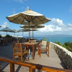 沖縄を満喫するのにピッタリなテラス席は人気のお席です♪♪(※ウェディングのご予約で貸し切りになる場合がございます。)