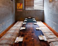 プライベートな時間を過ごせる個室は8~12名まで利用できる。ふかふかの座布団は座り心地満点。