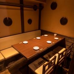 【テーブル席4名様までご利用可能】お客様のプライベートをより満喫して頂ける用に、鳥造では様々なお席をご用意しています。人数の少なめの宴会・飲み会・お食事等でご利用いただけます。2時間飲み放題付コースも多数ご用意ございます。