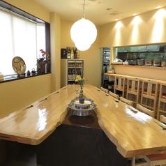 こだわりの木材を使用したテーブル席。人数などお気軽にお問合せください。
